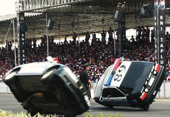 show-stunt-macchine-polizia